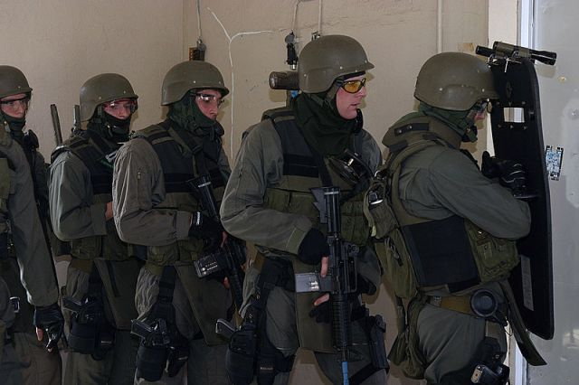 800px-Special_Reaction_Team_prepares_to_charge_into_a_room_to_rescue_simulated_hostages_taken_by_simulated_perpetrators_during_a_Force_Protection_Exercise,_2004